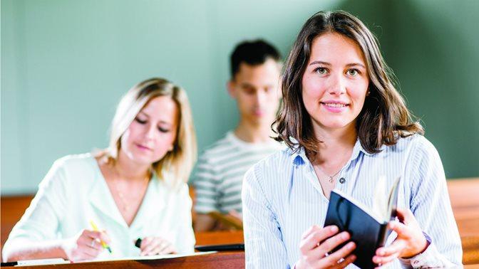 Studierende im Hauptgebäude